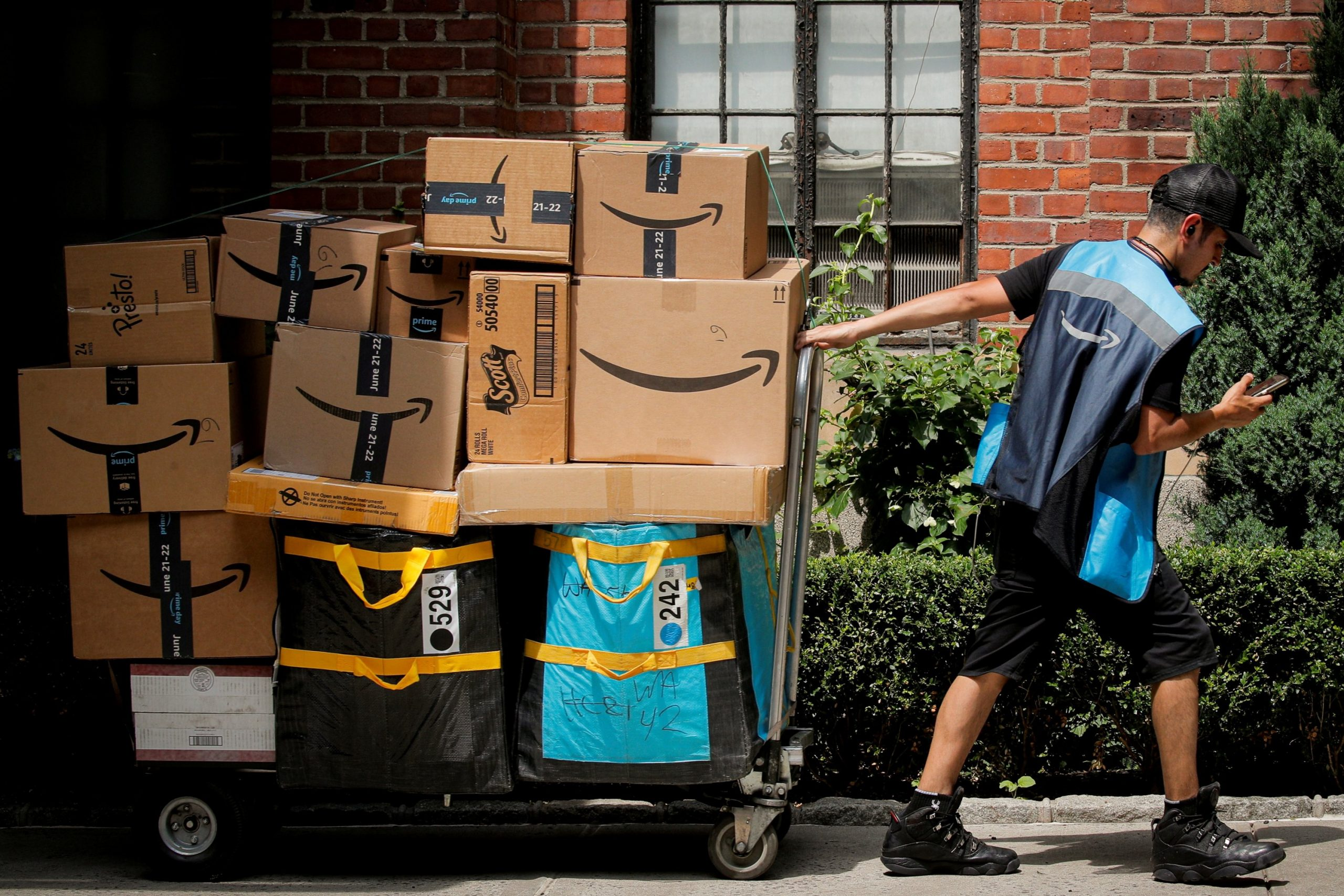 Amazon hikes starting pay, eyes 125,000 more logistics workers